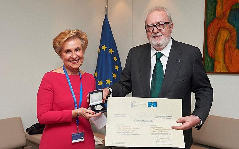 La diputada nacional Carmen Quintanilla recibe la medalla de honor de la Asamblea del Consejo de Europa