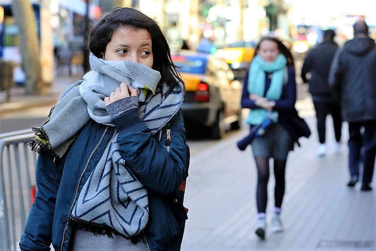 BARCELONA 17/01/2017 Sociedad. Imagenes de frio den Barcelona, bufandas, gorros, guantes. En la foto ciudadanos con cara frio en el centro Portal de l'Angel, Rambla y calles cercanas. FOTO de RICARD CUGAT