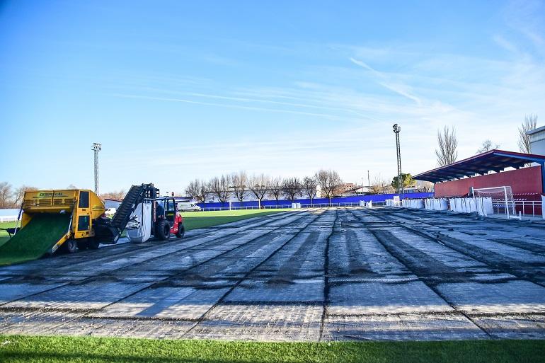 Pozuelo de Calatrava renueva el cesped del campo de fútbol debido a un deterioro acelerado del mismo por un problema en su fabricación
