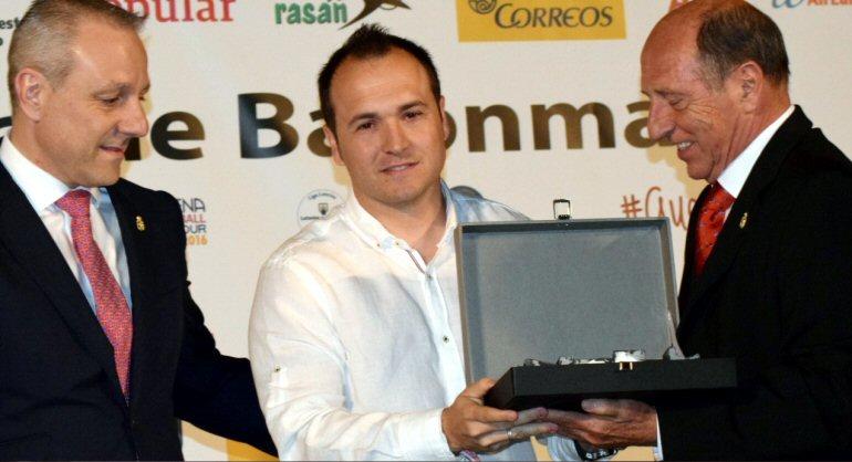 Eusebio Angulo recibió, en nombre del BM de Calatrava, la Placa al Mérito Deportivo de la RFEBM