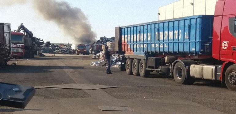Torralba de Calatrava Sofocado el incendio en una chatarrería del Polígono Industrial La Vega