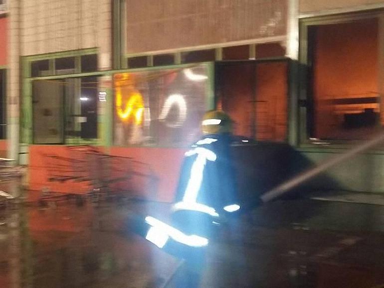 carrion-de-calatrava-los-bomberos-controlan-el-incendio-originado-en-dos-naves-de-productos-de-bazar