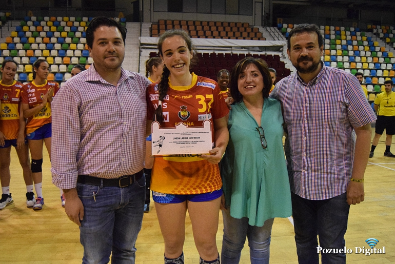 Jimena Laguna recibe el reconocimiento por su primera convocatoria con la seleccion española