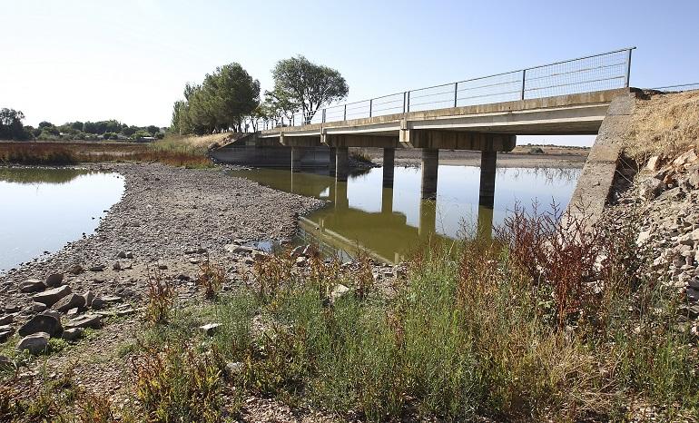 GRA090. CIUDAD REAL, 11/07/2017.- Fotografía del pantano de El Vicario, embalse de almacenamiento artificial de las aguas del río Guadiana ubicado en Ciudad Real, que en la actualidad cuenta sólo con 9,1 hectómetros cúbicos, encontrándose al 27,6 % de su capacidad. Las reservas de agua que almacenan los pantanos de la Cuenca Hidrográfica del Guadiana en Castilla-La Mancha se encuentran ya por debajo del 30% del máximo que pueden almacenar, mientras que los de la cuenca del Guadalquivir se encuentran ligeramente por encima del 60% de su capacidad total. Según los datos recogidos hoy por Efe de la Confederación Hidrográfica del Guadiana (CHG), la situación de los embalses que suman ya cuatro años hidrológicos secos es mucho peor que la que presentaban hace un año por estas mismas fechas. EFE/Mariano Cieza Moreno