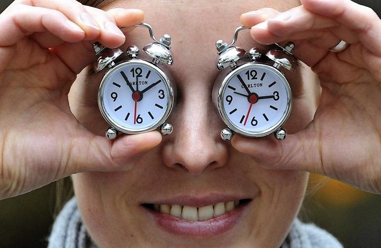 MUN800 MÚNICH (ALEMANIA) 28/10/2011.- Una empleada del fabricante de relojes Carlton sostiene dos despertadores de la empresa para recordar sobre el cambio de hora que se producirá en la madrugada del sábado 30 de octubre al domingo 31, cuando los relojes se retrasarán una hora. La modificación horaria se realiza en cumplimiento de la Directiva Comunitaria que rige el Cambio de Hora y que afecta a todos los países miembros de la Unión Europea, por lo que a las 3:00 horas de la madrugada del domingo serán las 2:00 horas. EFE/ANDREAS GEBERT