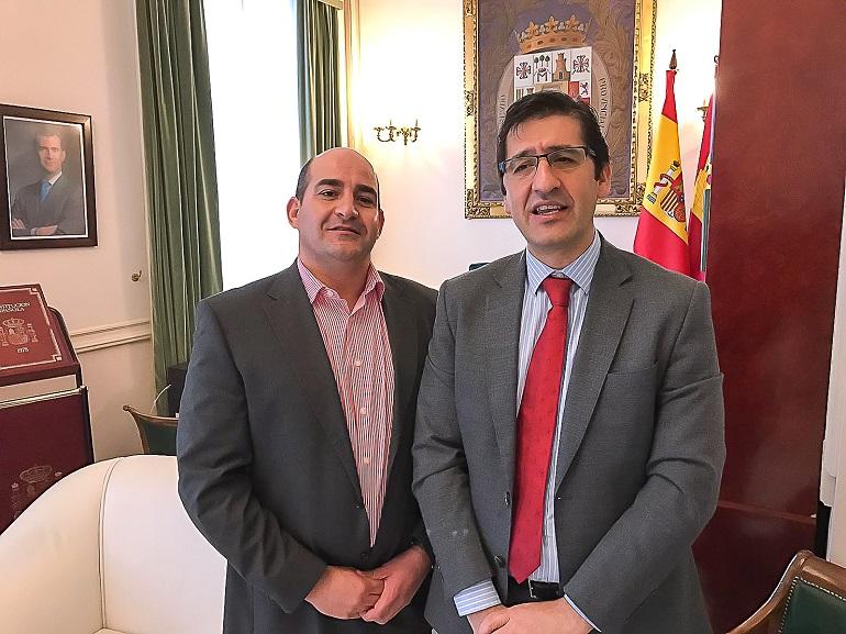 El alcalde de Pozuelo de Calatrava con el presidente de la Diputación Provincial de Ciudad Real. Foto de Archivo