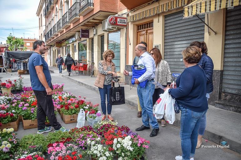 Pozuelo de Calatrava Julián Triguero visitó el mercadillo semanal y varias empresas locales para conocer de primera mano las inquietudes de los comerciantes