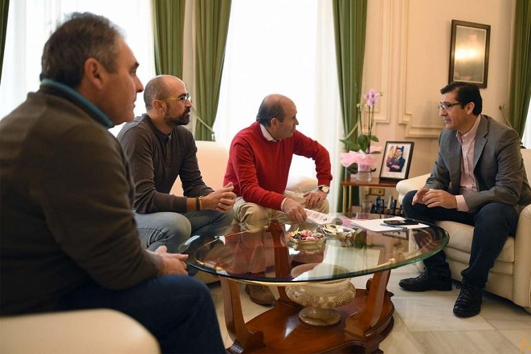 Valenzuela solicita apoyo para poner el cesped artificial en el campo de fútbol y ampliar el polígono industrial