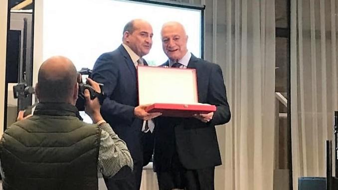 El Ayuntamiento de Pozuelo de Calatrava recibe una placa de reconocimiento del Comité de Árbitros de Fútbol de Castilla La Mancha