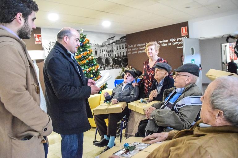 Julián Triguero y su equipo de gobierno visitan a los mayores que residen fuera de nuestra localidad para felicitarles las fiestas navideñas