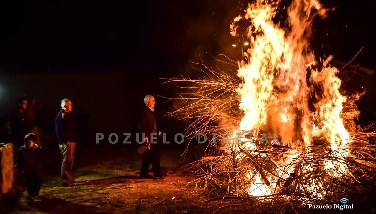 Pozuelo de Calatrava da inicio a la festividad de San Antón con la hoguera en su honor