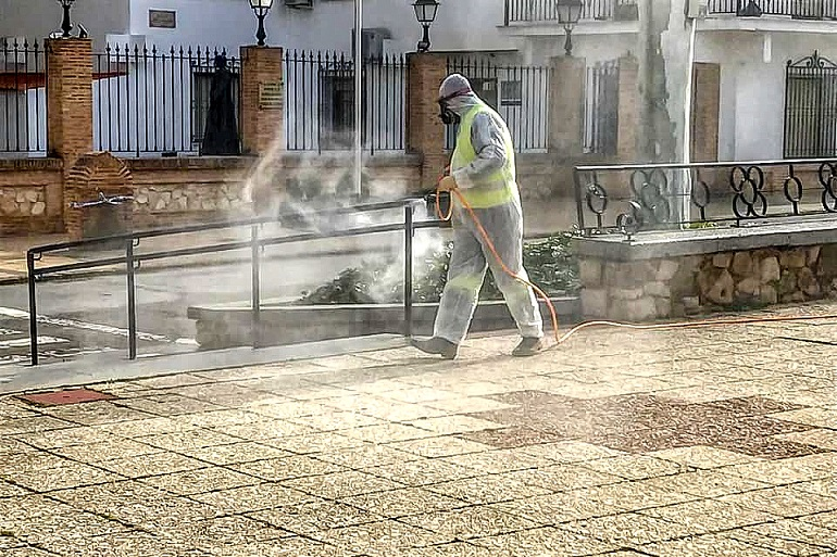 El Ayuntamiento de Pozuelo de Calatrava procede a la desinfección de las zonas de mayor afluencia de la localidad